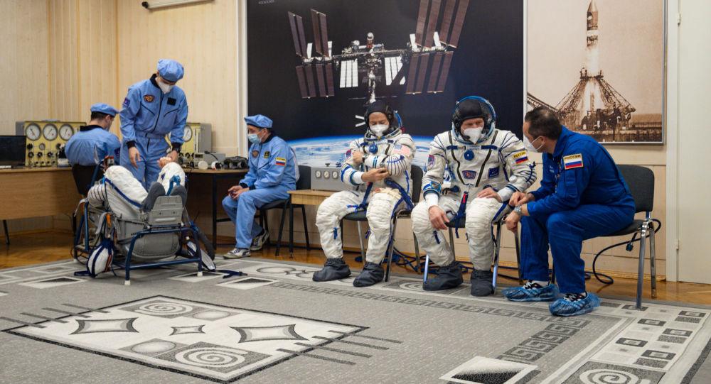 Проверка герметичности скафандров перед стартом космического корабля Гагарин