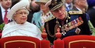 Королева Великобритании Елизавета II (слева) и принц Филипп, герцог Эдинбургский (справа)