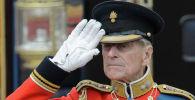 Британский принц Филипп, герцог Эдинбургский, отдает честь, наблюдая, как солдаты проезжают мимо Букингемского дворца, архивное фото