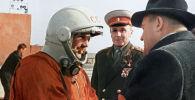 Последние напутствия главного конструктора Сергея Павловича Королева (справа) Юрию Гагарину перед стартом. Космодром Байконур, 12 апреля 1961 года