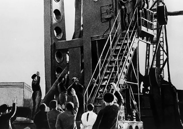 Вместе с Гагариным в лифте поднялся конструктор корабля Олег Ивановский. Он помог космонавту разместиться.