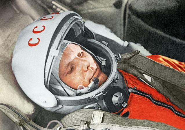 Космонавт Юрий Гагарин в кабине космического корабля Восток-1