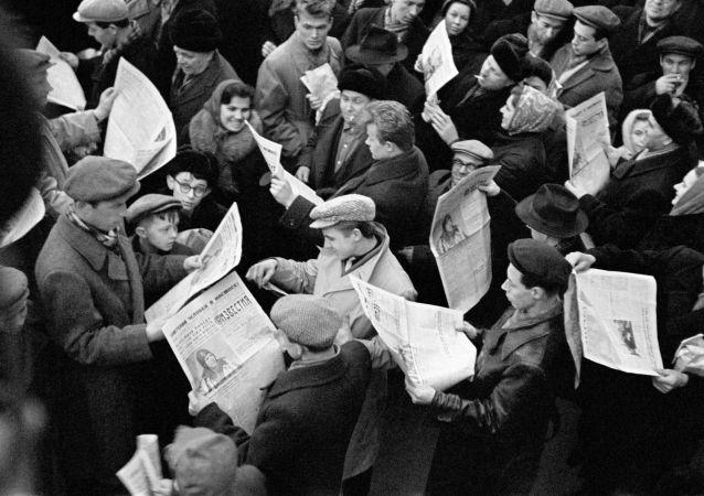 Москвичи у газетного киоска читают сообщение о полете первого космонавта Юрия Гагарина в космос