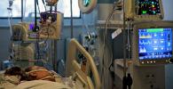 Пациент в палате интенсивной терапии в больнице с коронавирусом
