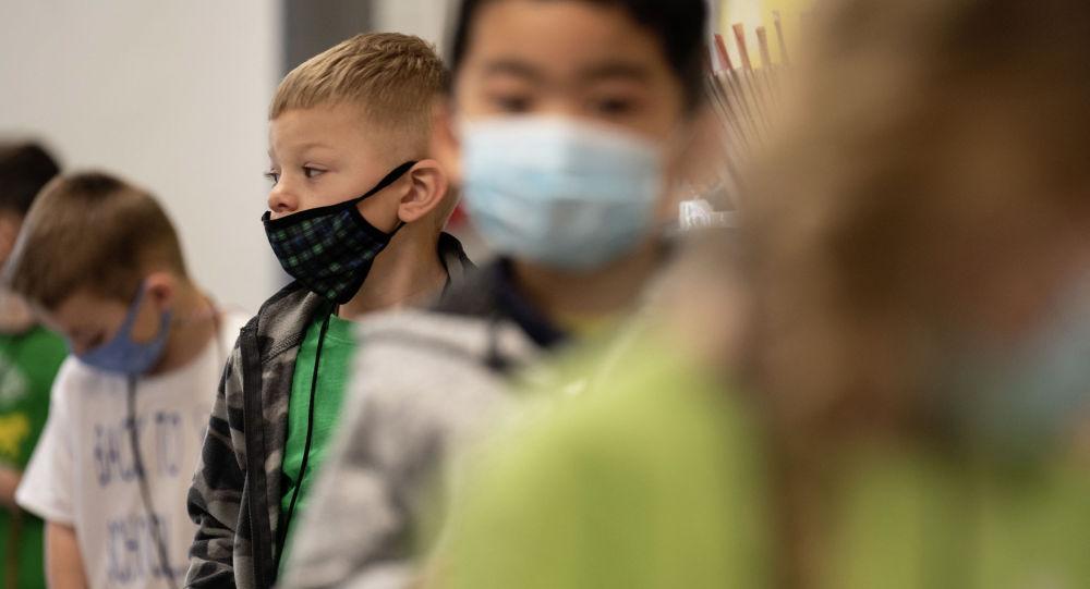 Дети в масках перед началом занятий в школе