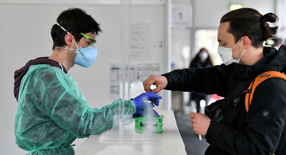 Коронавирусқа ПТР-тест тапсырып жатқан студент