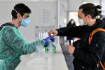 Студент сдает образец ПЦР-теста для анализа на коронавирус