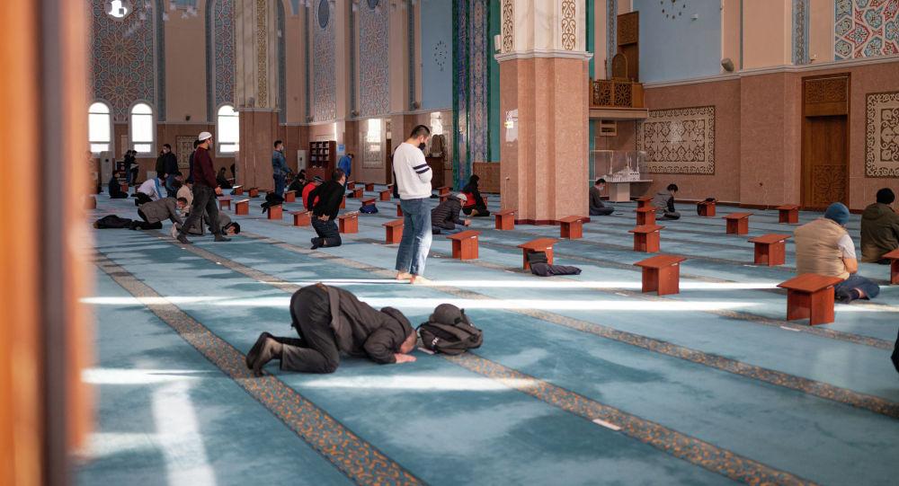 Мусульмане в мечети Нур-Астана