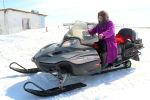 Сменила три снегохода: пенсионерка лихо управляется с техникой и скотиной - видео