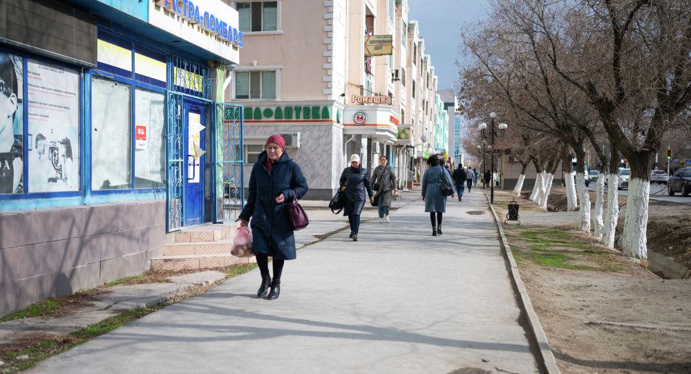 Люди гуляют по улице