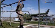 Қазақстандық десантшылар парашютпен секіруге дайындалып жатыр – видео