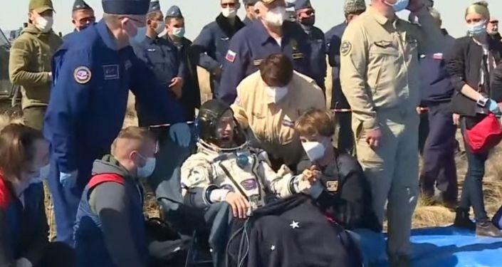 Специалисты поисково-спасательной службы завершили эвакуацию экипажа пилотируемого корабля #СоюзМС17 из спускаемого аппарата