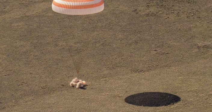 Спускаемый аппарат космического корабля Союз МС-17 коснулся земли