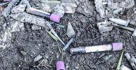 Медицинские отходы, разбросанные по земле вокруг пос. К. Кайсенова