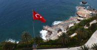 Шезлонги на пляже в Анталье, Турция
