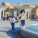 Туристік кешенді аралап жүргендер