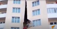 Обшивка многоэтажного дома обрушилась в Усть-Каменогорске - видео