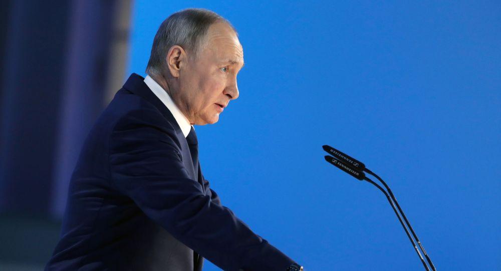 Владимир Путин выступает с ежегодным посланием Федеральному Собранию.