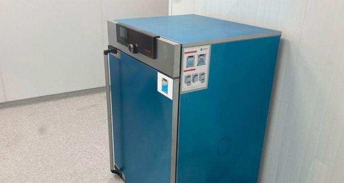 Холодильник для хранения вакцины на биофармацевтическом заводе в Жамбылской области