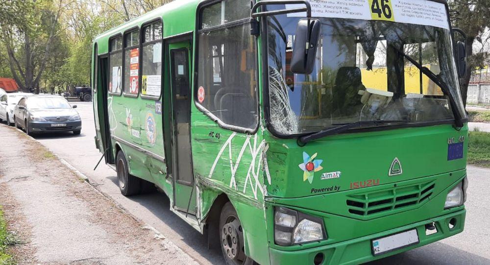 Грузовик врезался в автобус на перекрестке улиц Казыбаева и Серикова