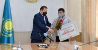 Борца Нуркожу Кайпанова наградили за второе золото чемпионата Азии