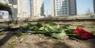 Цветы у ЖК  Бухар Жырау Тауэрс после инцидента со стрелком, который закрылся в квартире