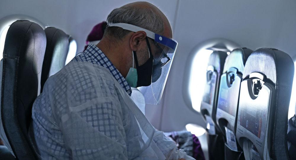 Пассажир в маске в салоне самолета