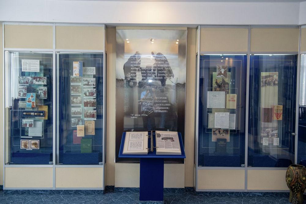 Музей әдеби және мемориалдық бөлімнен тұрады