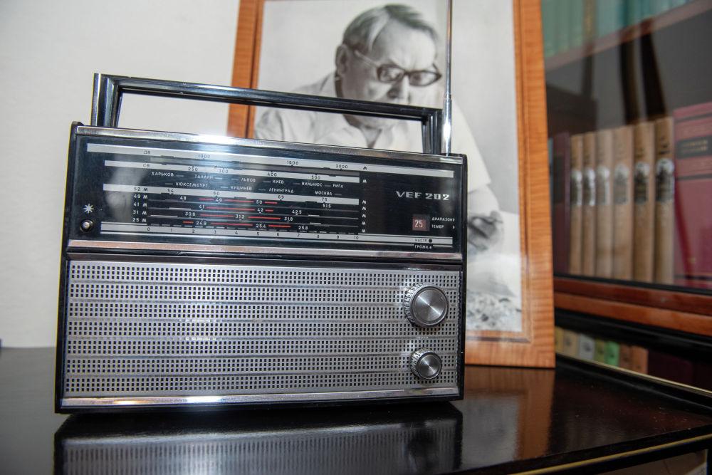 Ғабит Мүсіреповтің жеке бөлмесінде тұрған радио