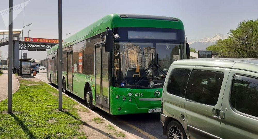 Рено, Пежо және жолаушылар автобусы соқтығысты