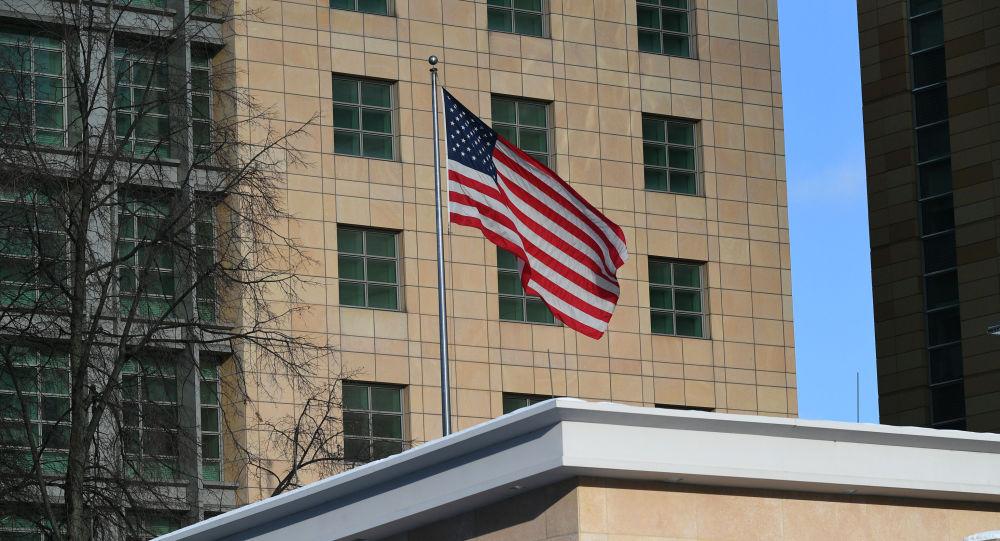 Государственный флаг США у американского посольства в Москве