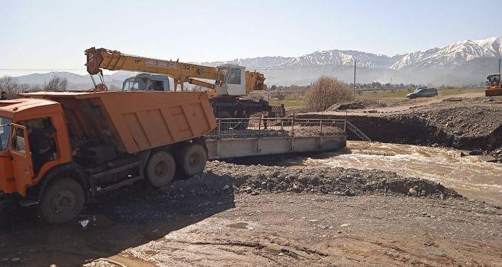 Мост через реку Лепсы смыло бурным потоком в Алматинской области