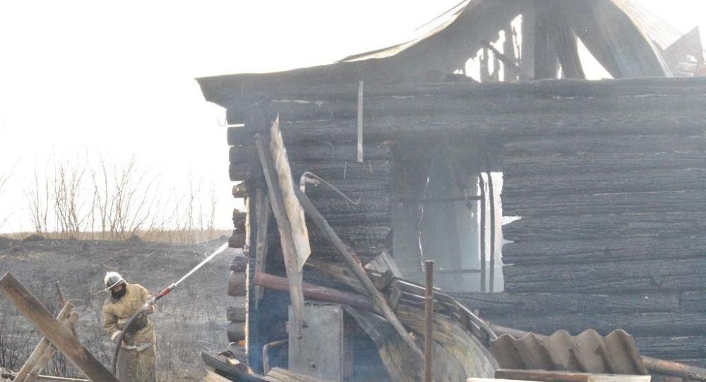 Огонь с камыша перекинулся на хозпостройки и жилой дом в Петропавловске