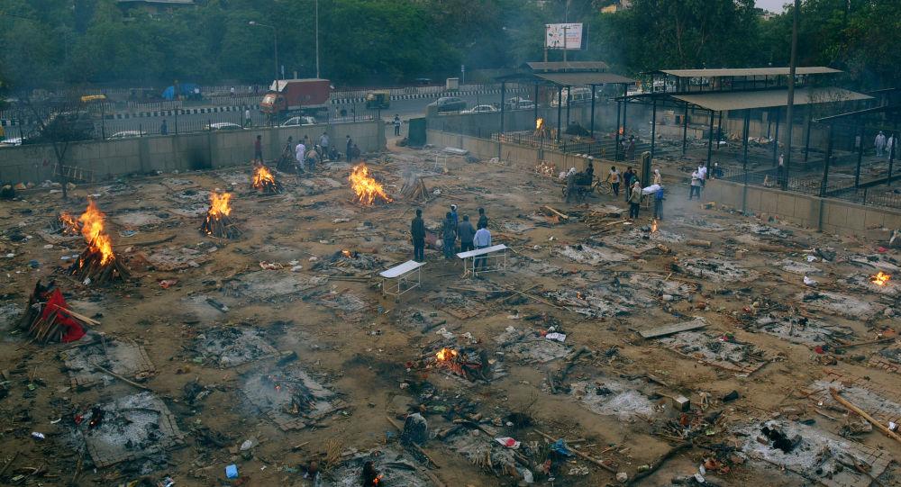 Массовая кремация жертв коронавируса в Индии