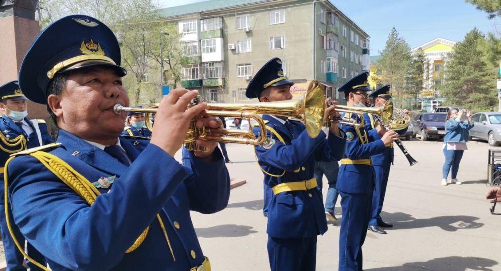 ветерана поздравили в Актобе песнями с военным оркестром