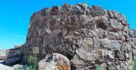 Ақыртас қалашығында қаланған тастардың биіктігі кей деректер бойынша 3-4 метрді құрайды