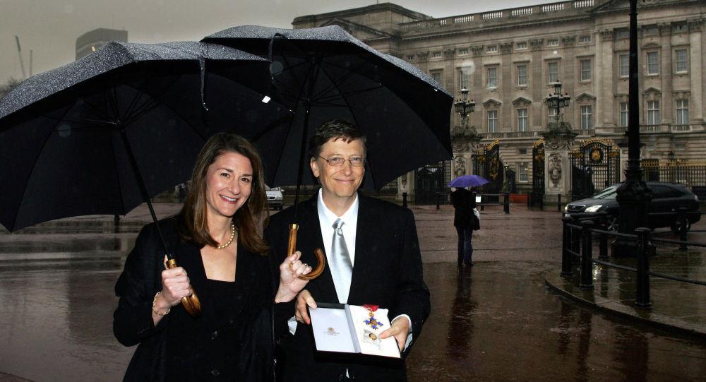 Билл Гейтс с супругой Мелиндой у Букингемского дворца в Лондоне, 2005 год