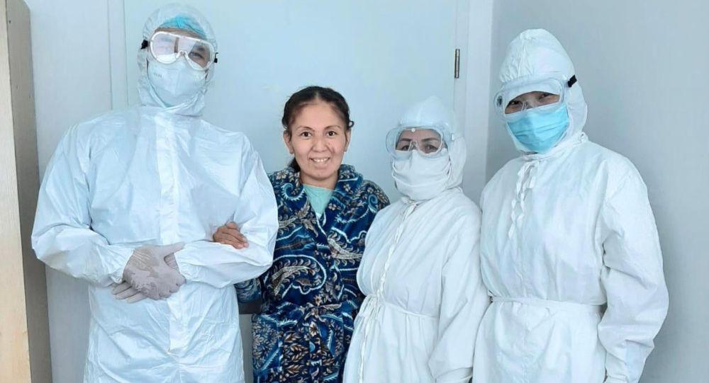 Айнагуль Оразбекова с врачами