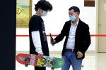 ЕНТ на расслабоне: казахстанцы приезжают на тестирование на скейте и в худи