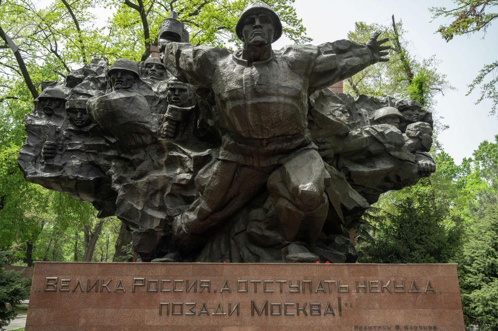 """В центральной части мемориала с названием """"Подвиг"""" запечатлены образы героев-панфиловцев, героически защищавших Москву от немецко-фашистских захватчиков"""