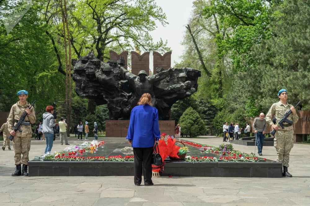 Ежегодно, в канун Дня Победы у Вечного огня несут вахту памяти воспитанники военно- патриотических клубов Алматы