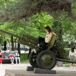 Рядом с памятником Момышулы установлены артиллерийские орудия времен Великой Отечественной.