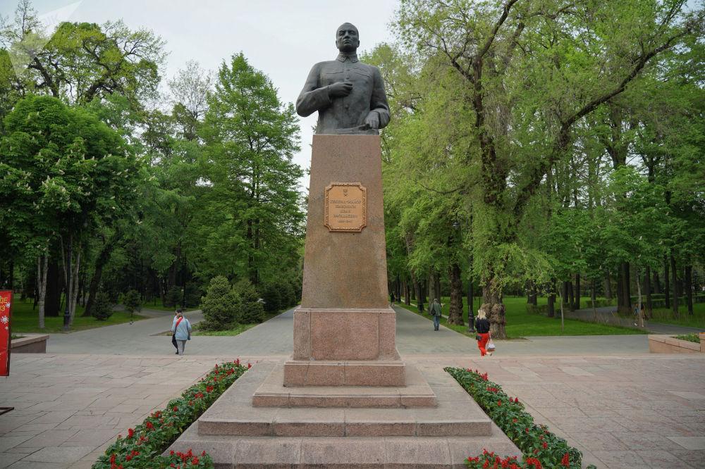 С южного входа в парк расположен бюст командира 316-й стрелковой дивизии, Героя Советского Союза, генерал-майора Ивана Панфилова.