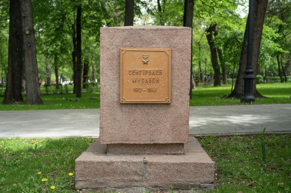 Вдоль аллеи установлены гранитные тумбы по обе стороны которых увековечены имена 28-ми героев-панфиловцев.