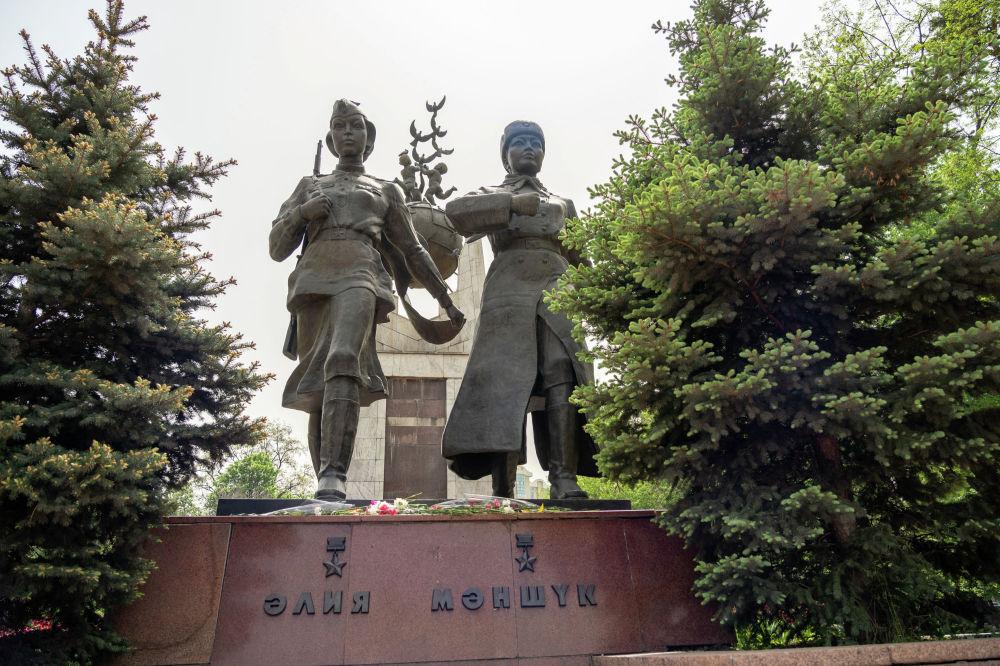 Памятник двум казахстанкам, Героям Советского Союза, пулеметчице Маншук Маметовой и снайперу Алие Молдагуловой был установлен в 1997 году.