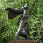 Скульптуры девушек – Героев Советского Союза, облаченных в военную форму, выполнены из черного и серого гранита.