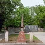 """Мемориал """"Вечная слава героям, павшим в боях за Родину"""" находится на центральной аллее Центрального кладбища на проспекте Раимбека."""