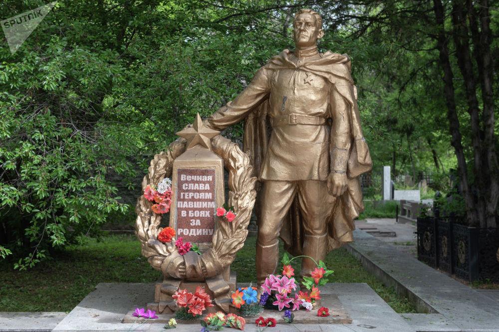 Он был установлен на месте братской могилы, где были захоронены 560 воинов, умерших от ран в алматинских госпиталях.