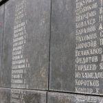 В композицию мемориала входят шпиль высотой девять метров, постамент, на котором выбиты имена солдат, и фигура воина в накидке, с орденом Славы на груди.