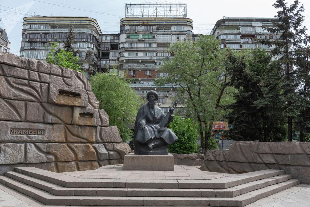 Памятник Джамбулу Джабаеву на проспекте Достык выше улицы Кабанбай батыра ничем не напоминает о Великой Отечественной войне. Однако в майские праздники возле него ежегодно появляются цветы.
